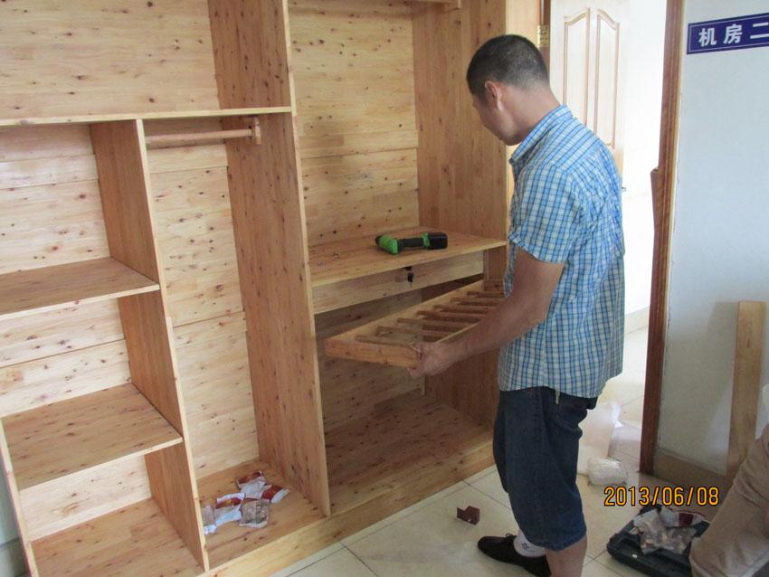 实木衣柜安装操作